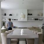 Diseños de cocinas con anaqueles y estantes