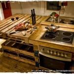 Cocina rústica hecha de tablas de madera sobrantes