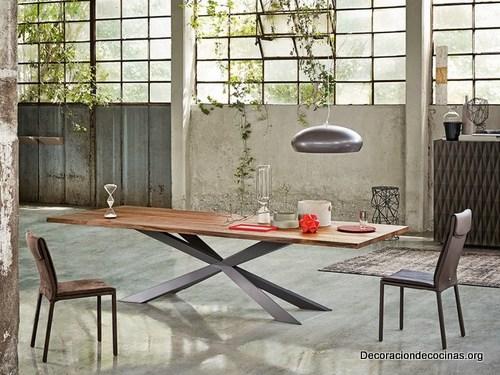 Mesa con bordes irregulares hecha de madera (5)