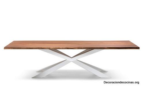 Mesa con bordes irregulares hecha de madera (8)